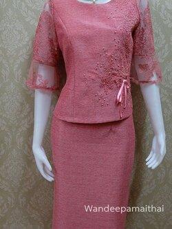 ชุดผ้าไหมญี่ปุ่น แต่งด้วยลูกไม้อิตาลี ปักมุข แขนสามส่วน เสื้อ+กระโปรงยาว สีกะปิอมชมพู เบอร์ 36